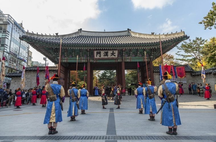 instagram-worthy views in seoul Deoksugung Palace guards